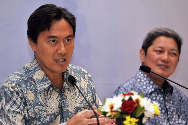 Ekonom Fauzi Ichsan (kiri) menyampaikan paparan terkait kebijakan pihaknya dalam Seminar Nasional Bank Indonesia dan LPS di Kuta, Kamis (4/5). - Antara/Nyoman Budhiana
