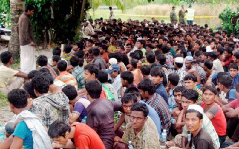 Warga Rohingya Myanmar berkumpul setelah melompat dari perahu mereka, dan berenang ke tepian Pulau Langkawi, wialyah utara semenanjung Malaysia, Sabtu (30/12)/Antara/Reuters - The New Straits