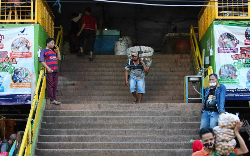 Warga beraktivitas di Pasar Keputran Utara, Surabaya, Jawa Timur, Senin (20/7/2020). Pemkot Surabaya menutup sementara pasar induk tersebut terhitung mulai tanggal 21 Juli 2020 sampai 27 Juli 2020 disebabkan adanya sejumlah pedagang terkonfirmasi positif Covid-19. - Antara/Didik Suhartono