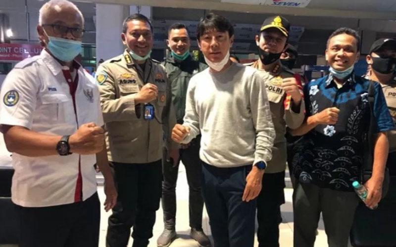 Pelatih Timnas Indonesia Shin Tae-yong (tengah) sesaat setelah tiba di Jakarta dari Korea Selatan pada Rabu (22/7/2020) malam./Antara - PSSI