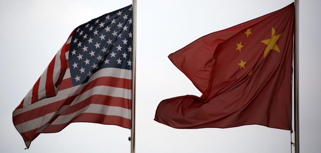 Bendera AS dan China berkibar berdampingan di luar kawasan perdagangan bebas dan logistik Waigaoqiao China (Shanghai) Pilot Free Trade Zone di Shanghai, China, Selasa (22/10/2013). - Bloomberg/Tomohiro Ohsumi