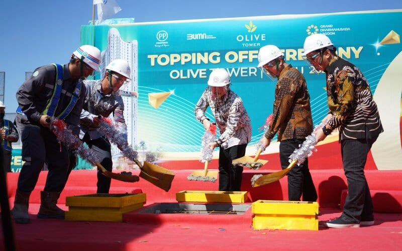 (ki/ka) Project Manajer PP Gedung 2 Dono Prasojo, Project Director GDL Andreas Priyo, Director Realty PP Properti Galih Saksono, Vice President Realty 3 PP Properti Rudy Harsono, dan Vice President Marketing PP Properti Nurjaman saat seremonial Topping Off Olive Tower Grand Dharmahusada Lagoon.