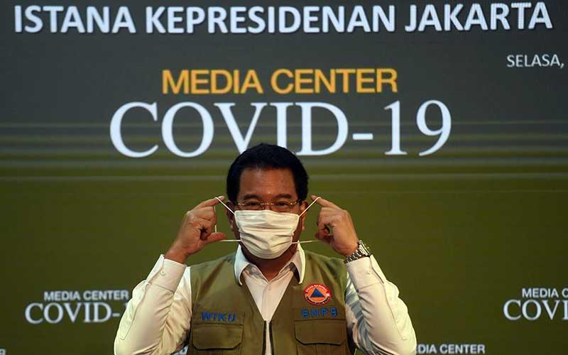 Juru Bicara Satgas COVID-19 Wiku Adisasmito berpose usai memberikan keterangan di Kantor Presiden, Jakarta, Selasa (21/7/2020). Pemerintah resmi menunjuk Wiku Adisasmito menjadi juru bicara pemerintah menggantikan Achmad Yurianto. ANTARA FOTO - Akbar Nugroho Gumay
