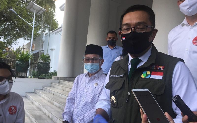 Gubernur Jabar Ridwan Kamil berbicara kepada media di Gedung Pakuan - Bisnis/Wisnu Wage