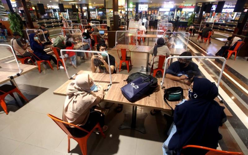 Salah satu restoran yang kembali beroperasi di Kota Bandung dengan menerapkan protokol kesehatan yakni pengecekan suhu dan pembatasan jarak atau social distancing, hingga mengubah desain interior. - Bisnis/Rachman