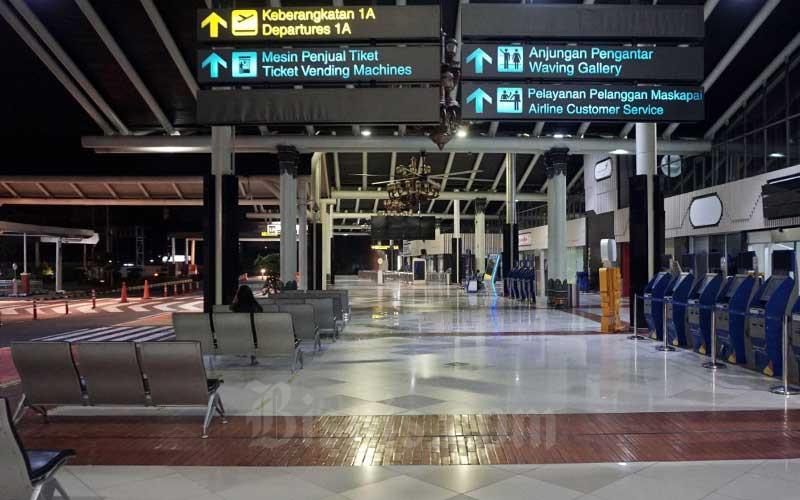 Suasana sepi terlihat di Terminal IA Bandara Soekarno Hatta, Tangerang, Banten, Jumat (24/4/2020).  Bisnis - Eusebio Chrysnamurti