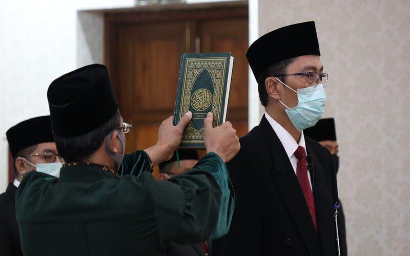 Busrul Imam disumpah jabatan.