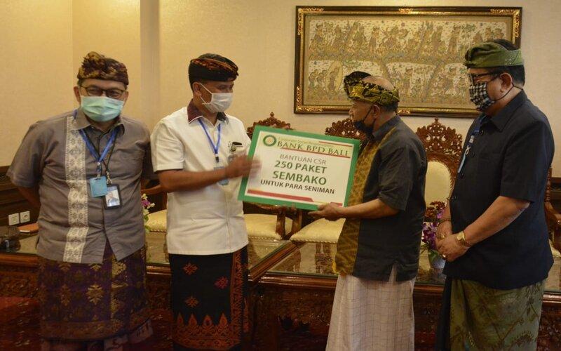 Pemberian Bantuan dari sektor perbankan kepada seniman di Bali. - Istimewa