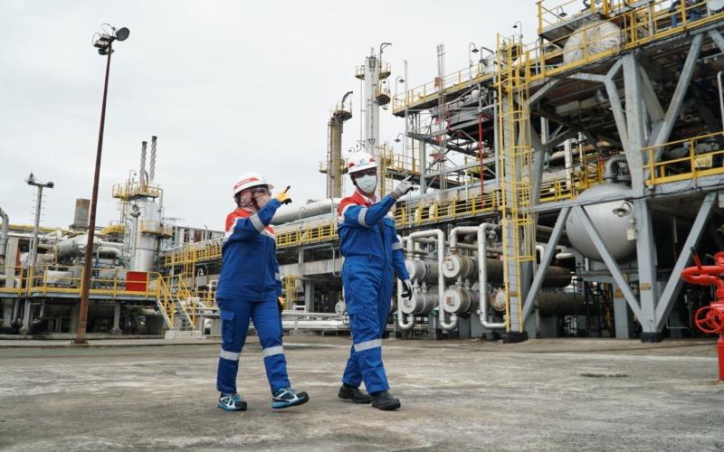 Menteri Perindustrian Agus Gumiwang Kartasasmita dan Direktur Utama Pertamina Nicke Widyawati (kiri) meninjau ujicoba D-100 di Kilang Dumai. Istimewa -  Pertamina