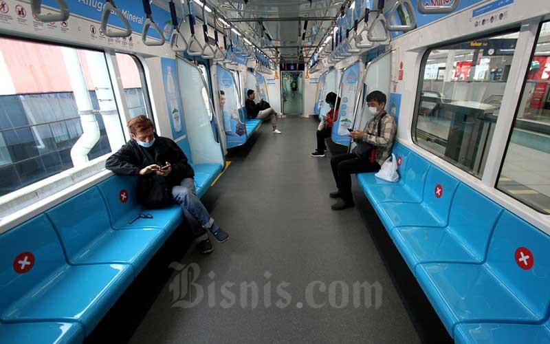 Penumpang berada di dalam kereta MRT di Jakarta, Kamis (19/3/2020). Bisnis - Arief Hermawan P