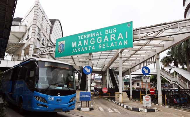Ilustrasi - Warga melintas di Terminal Bus Manggarai, Jakarta, Rabu (12/02/2020). Bisnis - Eusebio Chrysnamurti