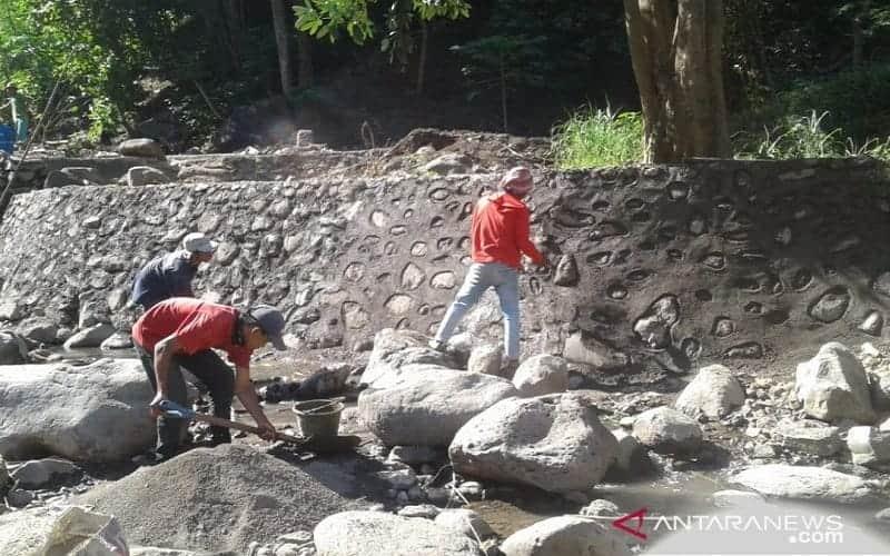 Perbaikan tanggul Cekdam Bantaeng yang telah jebol saat diterjang banjir bandang - Antara