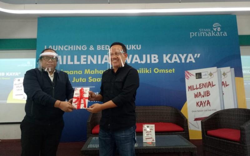 Launching buku Millenial Wajib Kaya oleh penulis Sephy Lavianto (kiri) dan Ketua STMIK Primakara I Made Arthana (Kanan) di Denpasar, Jumat (24/7/2020). - Luh Putu Sugiari