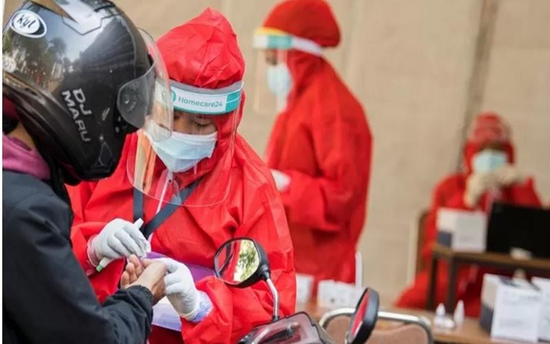 Petugas kesehatan mengambil sampel darah warga dalam pemeriksaan menggunakan alat tes diagnostik cepat Covid-19 secara lantatur di Institut Teknologi Nasional, Jawa Barat, Kamis (18/6/2020). - Antara