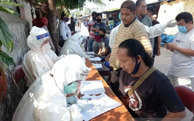 Situasi pendaftaran untuk tes usap massal para pedagang ikan hias di lokasi binaan UMKM JP 23 Kecamatan Sawah Besar, Rabu (22/7/2020). - Antara