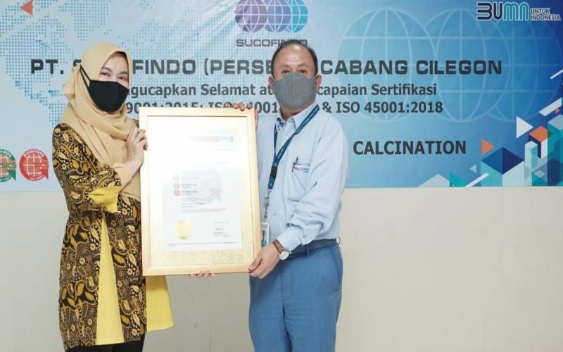 Penyerahan sertifikat dilakukan oleh Direktur Komersial 1 Sucofindo Herliana Dewi kepada Direktur Utama PT Krakatau Posco Chemical Calcination Lee Young Gil. Istimewa - Sucofindo