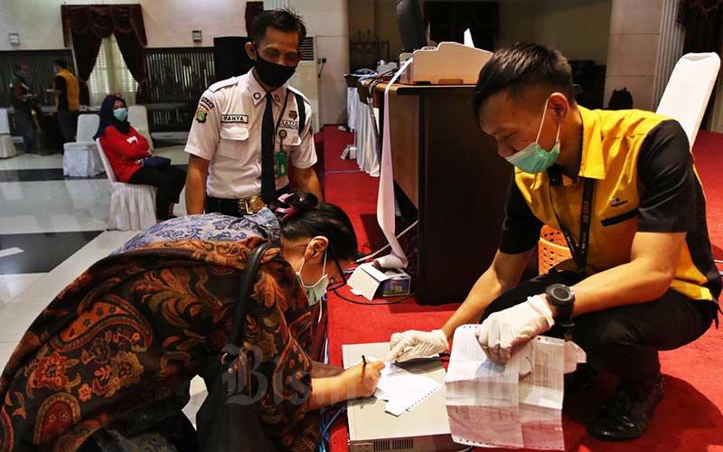 Petugas melayani nasabah di Kantor Pusat Pegadaian, Jakarta, Senin (20/4/2020). Bisnis - Eusebio Chrysnamurti