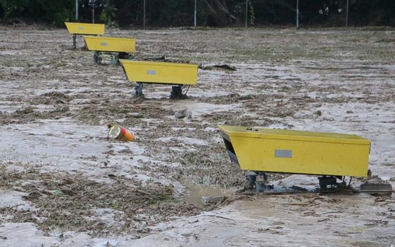 Lumpur akibat banjir bandang menutupi landasan pacu Bandara Andi Jemma Masamba, Luwu Utara, Selasa (14/7/2020). Banjir bandang yang terjadi pada Senin (13/7/2020) tersebut mengakibatkan sejumlah fasilitas bandara terendam banjir dan berdampak pada lumpuhnya operasional penerbangan. ANTARA FOTO -