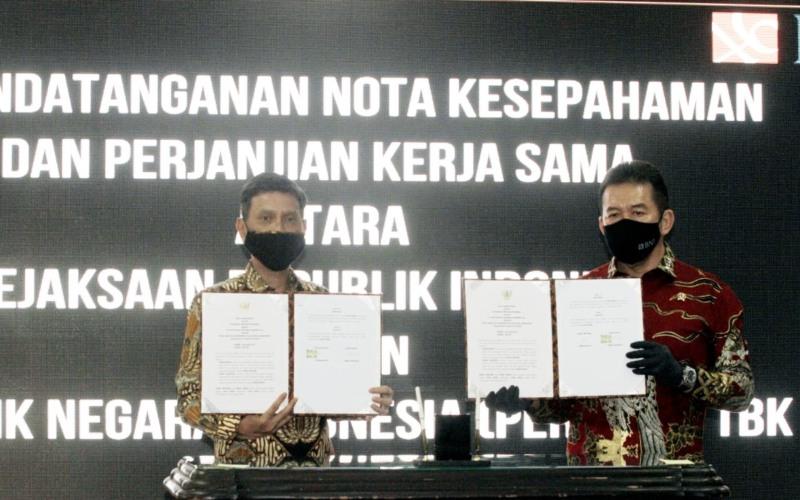 Direktur Utama BNI Herry Sidharta (kiri) dan Jaksa Agung Republik Indonesia ST Burhanuddin (kanan) menandatangani Nota Kesepahaman (MoU) di Jakarta, Jumat (24 Juli 2020). Selain bekerja sama dalam hal penegakan hukum serta pengamanan pembangunan strategis dan aset, BNI juga memberikan dukungan berupa layanan perbankan digital, peningkatan kompetensi personel, dan pengelolaan keuangan melalui BNI Cash Management.  -  Dokumen BNI
