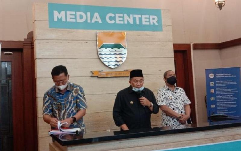 Wali Kota Bandung Oded M. Danial (tengah) - Bisnis/Dea Andriyawan