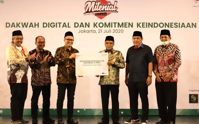 Direktur Utama Telkomsel Setyanto Hantoro (tengah kiri) bersama dengan Ketua Umum Nahdlatul Ulama Said Aqil Siroj (tengah kanan) dalam acara
