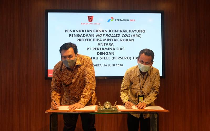 Direktur Utama PT Pertamina Gas Wiko Migantoro (kanan) dan Direktur Utama PT Krakatau Steel (Persero) Tbk. Silmy Karim menandatangani kontrak kerja sama pengadaan hot rolled coil (HRC) proyek pipa minyak Blok Rokan, Riau. - Istimewa