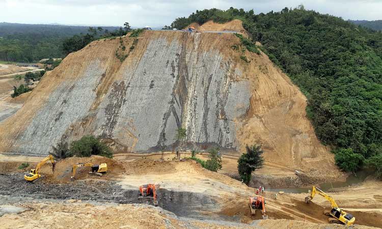 Pekerja berada di proyek konstruksi Bendungan Rukoh di Kabupaten Pidie, Aceh, Sabtu (22/2/2020). - Bisnis/Agne Yasa.