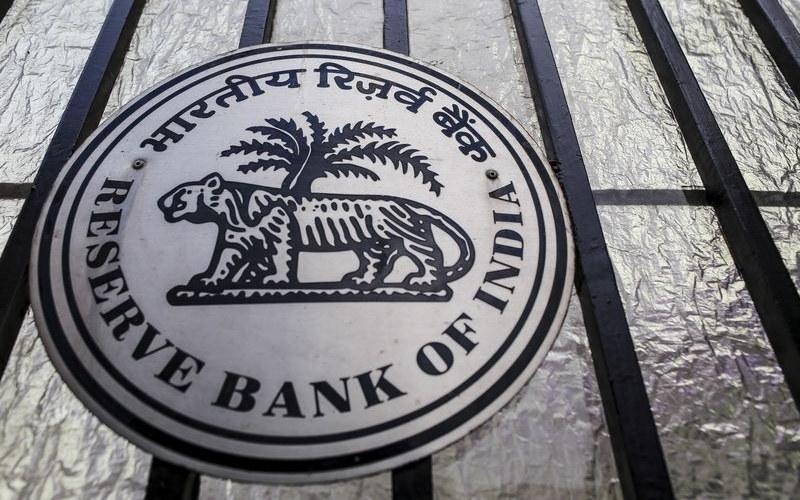 Logo Reserve Bank of India di depan kantor pusat sentral di Mumbai, India. - Bloomberg