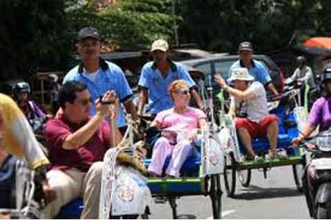 Ilustrasi wisatawan asing menaiki becak. - Bisnis.com