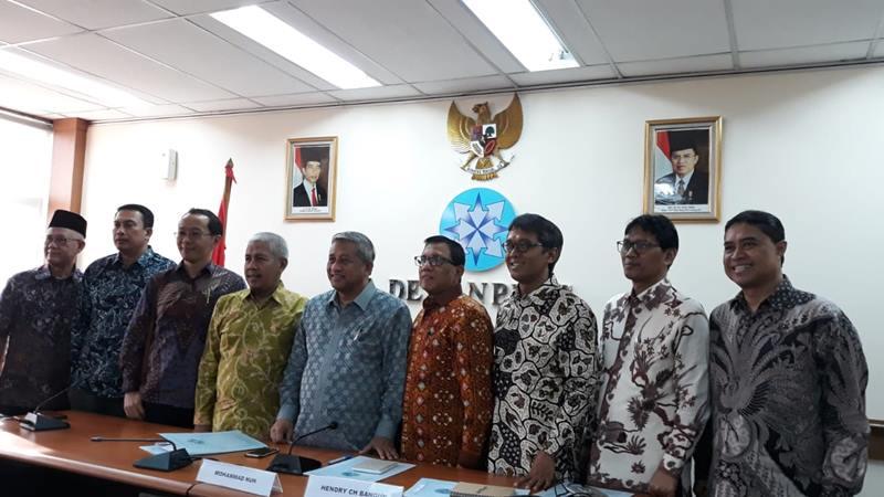 Anggota Dewan Pers 2019-2022 berfoto bersama usai serah terima jabatan di Gedung Dewan Pers, Jakarta Pusat pada Selasa (21/5/2019). JIBI/Bisnis - Ria Theresia Situmorang