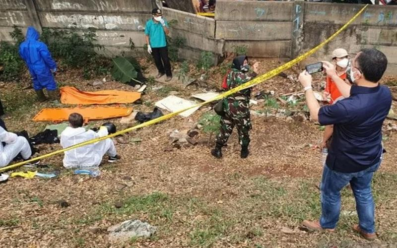 Tim gabungan Polisi dan TNI melakukan evakuasi dan identifikasi jenazah editor Metro TV Yodi Prabowo di pinggir To JORR Jalan Ulujami Raya, Pesanggrahan, Jakarta Selatan, Jumat (10/7/2020). - Antara
