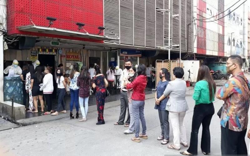 Puluhan warga 02 Pinangsia dan pekerja hiburan malam Kompleks Kota Indah menjalani tes usap untuk mendeteksi Virus Corona di lokasi tempat hiburan di Jakarta, Kamis (23/7/2020). - Antara