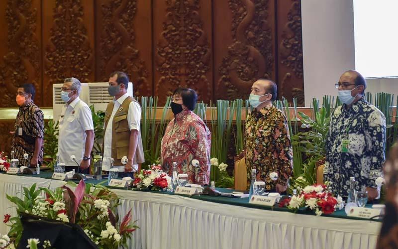 Menteri Lingkungan Hidup dan Kehutanan (LHK) Siti Nurbaya Bakar (ketiga kanan) menghadiri Rakornis Karhutla MPA-Paralegal di Jakarta, Jumat (24/7/2020). - Istimewa