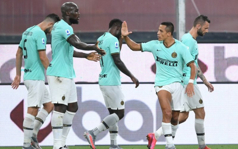 Penyerang Inter Milan Alexis Sanchez (kedua dari kanan) dan Romelu Lukaku (kedua dari kiri) merayakan gol yang tercipta dalam pertandingan Liga Italia melawan Genoa, yang dimainkan di Stadion Luigi Feraris, Genoa, Sabtu (25/7/2020)/Antara - Reuters/Jennifer Lernzini