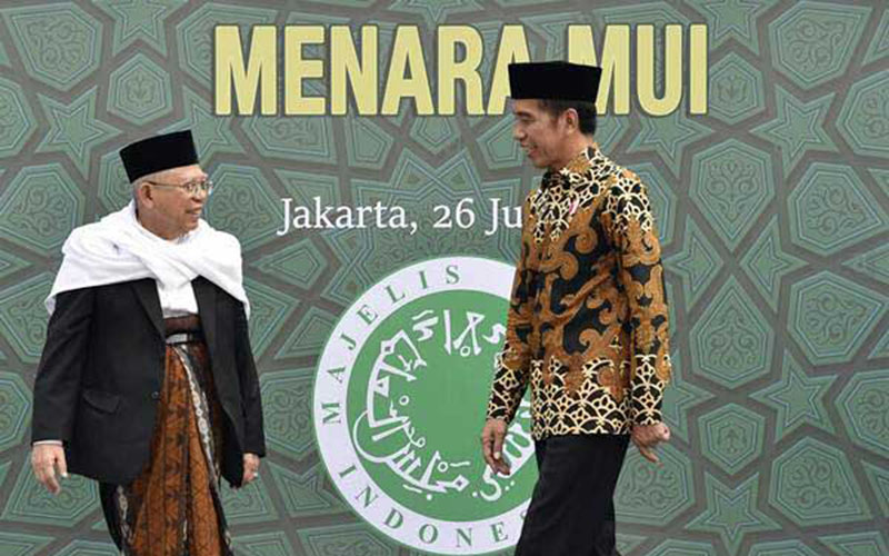 Presiden Joko Widodo (kanan) bersama Ketua Umum Majelis Ulama Indonesia (MUI) Maruf Amin (kini Wakil Presiden) menuju tempat peletakan batu pertama proyek pembangunan Menara MUI di Bambu Apus, Jakarta, Kamis (26/7/2018). - ANTARA - Puspa Perwitasari