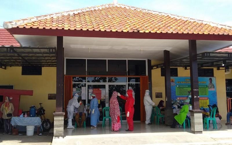 Warga Desa Trusmi Kulon, Kecamatan Plered, Kabupaten Cirebon, menjalani tes swab massal setelah ada 16 warga di desa tersebut dinyatakan positif Covid-19, Minggu (27/7/2020). - Bisnis/Hakim Baihaqi
