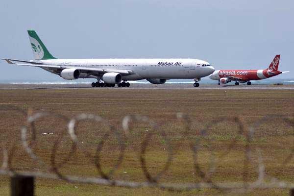 Pesawat udara berada di kawasan Bandara Internasional I Gusti Ngurah Rai, Bali, Sabtu (23/9). - ANTARA/Fikri Yusuf
