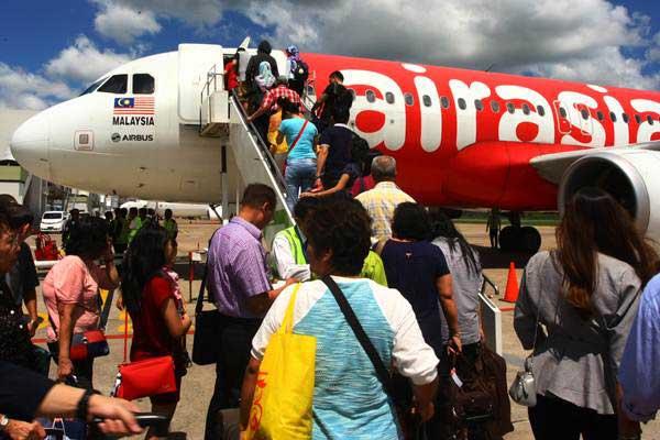 Penumpang bersiap menaiki pesawat Air Asia, pada penerbangan perdana tujuan Pontianak-Kuching Malaysia di Bandara Supadio, Pontianak, Kalimantan Barat, Senin (5 - 6).Antara/Muhammad Iqbal