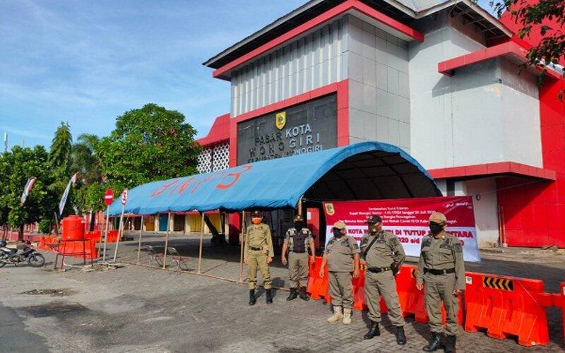 Petugas berpatroli di Pasar Kota Wonogiri, kawasan kota Wonogiri, Minggu (26/7/2020). Pemkab Wonogiri menutup pasar itu mulai Minggu itu hingga Rabu (29/7/2020) mendatang. - Bisnis/Rudi Hartono