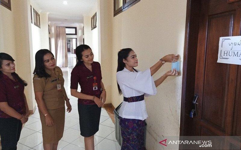 Pegawai Pemkab Jembrana antri mencuci tangan dengan cairan sanitizer yang dipasang pemerintah kabupaten setempat untuk mencegah penularan corona, Senin (16/3/2020). - Antara/Humas Jembrana