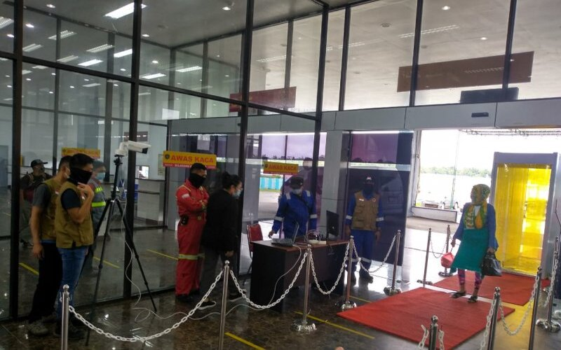 Setiap penumpang yang turun dari pesawat dan akan memasuki terminal penumpang Bandara Timika terpantau suhu badannya dengan peralatan thermal scanner. - Antara/Evarianus Supar