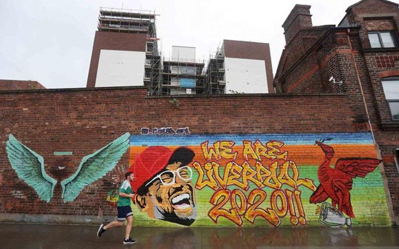 Seniman jalanan mengapresiasi Liverpool tampil sebagai juara Liga Primer Inggris./Antara - Reuters