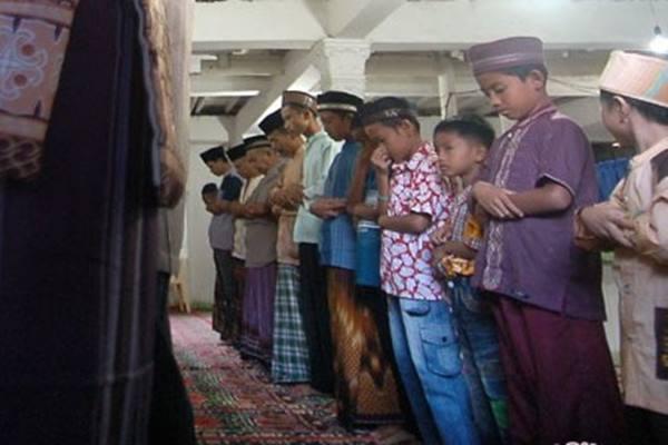 Jemaah Tarekat Naqsabandiyah melaksanakan salat idul Adha Sabtu (10/9/2016) - Antara