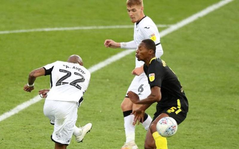 Penyerang Swansea City Andre Dede Ayew (kiri) melepas tendangan yang menjebol gawang Brentford. - BBC