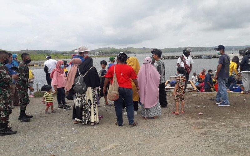 Sejumlah pengunjung objek wisata danau Sentani di Kabupaten Jayapura, Papua. - Antara/Humas Pemkab Jayapura