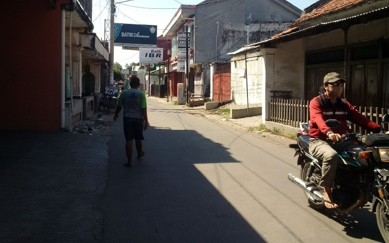 Warga Desa Trusmi masih beraktivitas ke luar rumah seperti biasa - Bisnis/Hakim Baihaqi