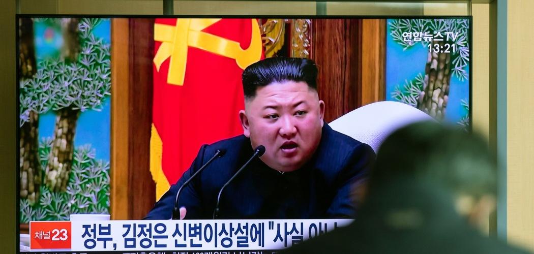 Pemimpin Korea Utara Kim Jong-Un dalam sebuah siaran televisi yang ditayangkan di Stasiun Seoul, Korea Selatan, Selasa (21/4/2020). - Bloomberg/SeongJoon Cho