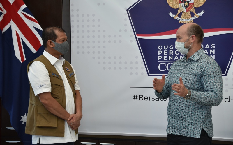 Duta Besar Australia untuk Indonesia Gary Quinlan (kanan) berbincang Ketua Satgas Penanganan Covid-19 Doni Monardo. - Istimewa/Kedubes Australia