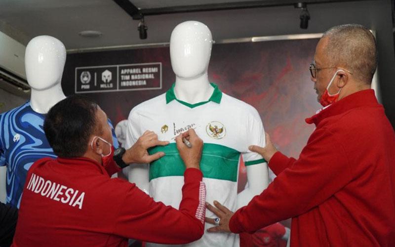Ketua Umum PSSI Mochamad Iriawan membubuhkan tanda tangan di kosum tandang Timnas Indonesia. - PSSI.org