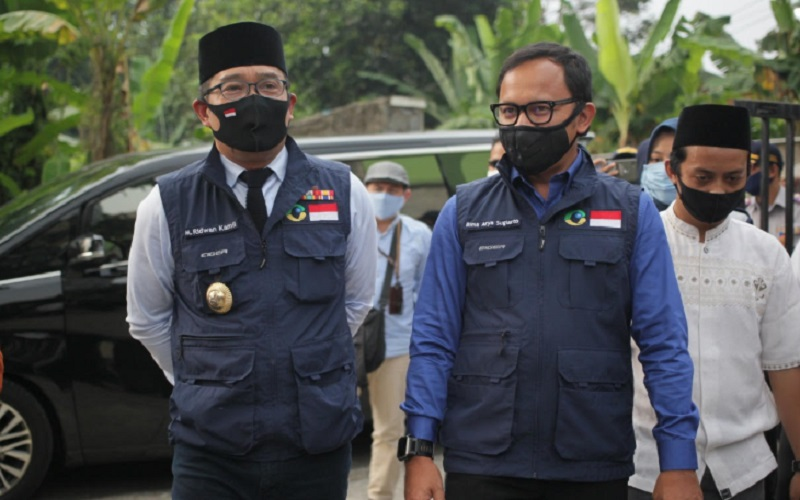 Gubernur Jabar Ridwan Kamil (kiri)
